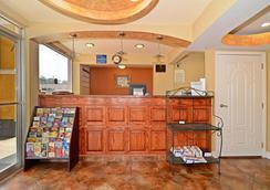 Americas Best Value Inn - Alexandria - Front desk