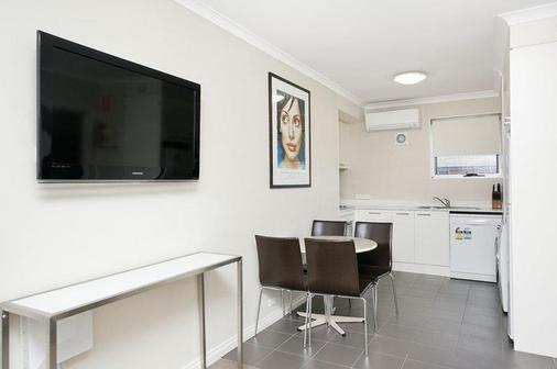 Forrest Hotel and Apartments - Canberra - Bathroom