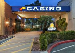 Days Inn Las Vegas At Wild Wild West Gambling Hall - Las Vegas - Building