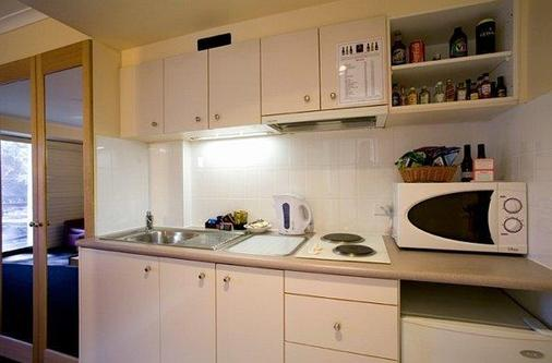 Capital Executive Apartment Hotel - Canberra - Kitchen
