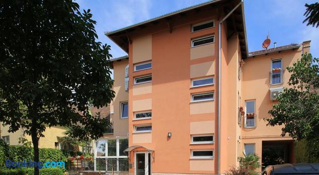 Napraforgó Wellness Ház és Panzió - Pecs - Building
