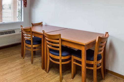 Econo Lodge Inn, & Suites - Albany - Living room