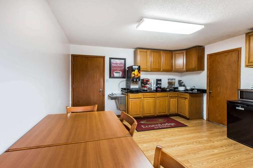 Econo Lodge Inn, & Suites - Albany - Kitchen
