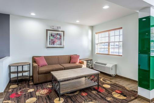 Quality Inn and Suites El Paso - El Paso - Living room