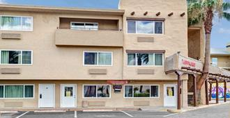 Super 8 by Wyndham Las Vegas North Strip/Fremont St. Area - Las Vegas - Building