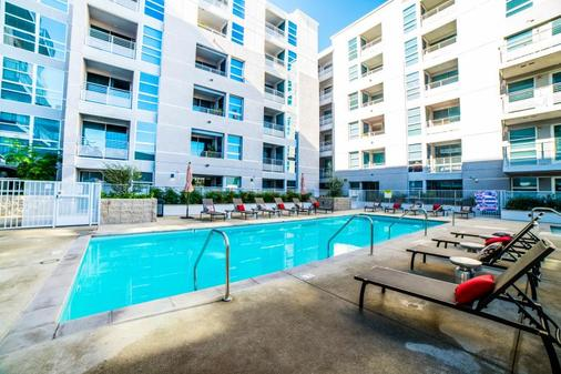 Ginosi Figaro Apartel - Los Angeles - Pool