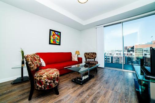 Ginosi Figaro Apartel - Los Angeles - Living room