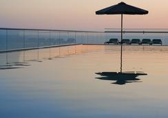 Leonardo Suite By the Beach - Bat Yam - Pool