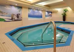 Hotel Mtl Express Aeroport De Montréal - Dorval - Pool