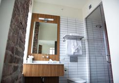 Hotel Indigo Newark Downtown - Newark - Bathroom