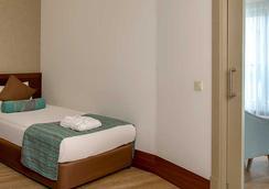 Side Crown Palace - Side - Bedroom