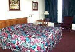 Budget Host Inn - Columbia - Bedroom