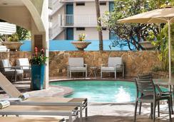 Coconut Waikiki Hotel - Honolulu - Pool