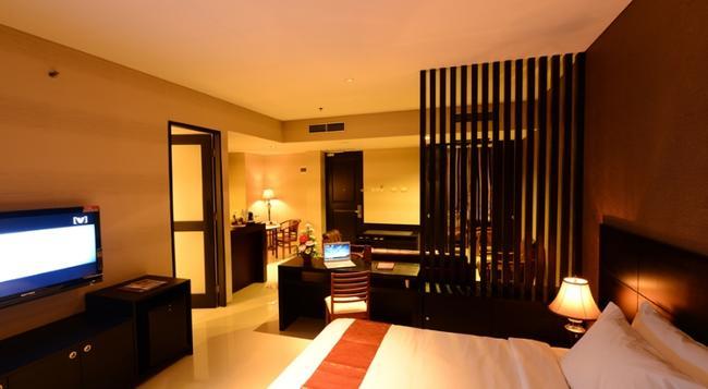 Emilia Hotel by Amazing - Palembang - Building