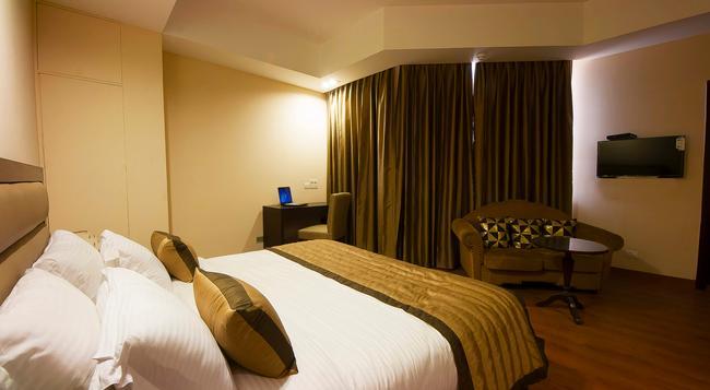 Hotel Aura @ Airport - New Delhi - Bedroom