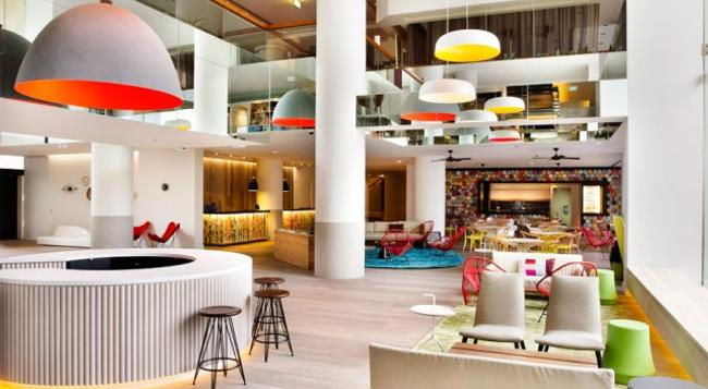 QT Gold Coast - Surfers Paradise - Building