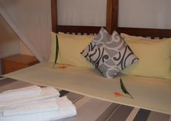 African Roots Guesthouse - Entebbe - Bedroom