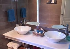 Sea Dragon Lodge - Penneshaw - Bathroom