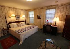The Village Inn - Lenox - Bedroom