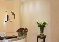 Piazza del Gesù Luxury Suites - Rome - Front desk