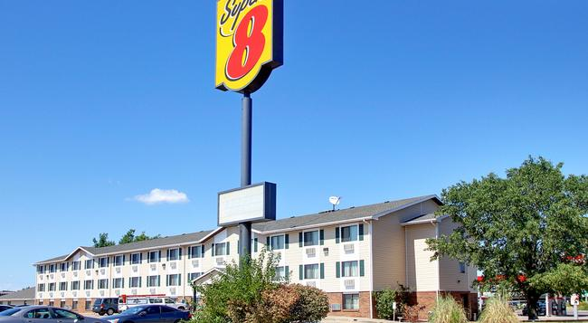 Super 8 Manhattan KS - Manhattan - Building