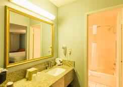 The Buena Park Hotel & Suites - Buena Park - Bathroom