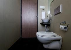 Fabhotel Blossoms Pune Airport - Pune - Bathroom