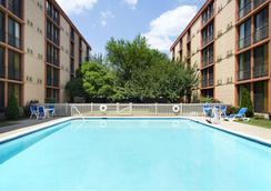 Wyndham Garden Hotel Newark Airport - Newark - Pool