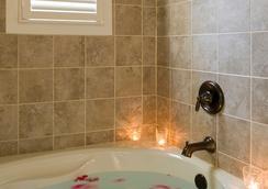 1889 WhiteGate Inn & Cottage - Asheville - Bathroom