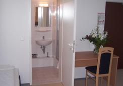 Hotel Arrival - Berlin - Bathroom