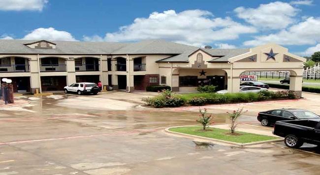 Ranger Inn & Suites - Arlington - Building