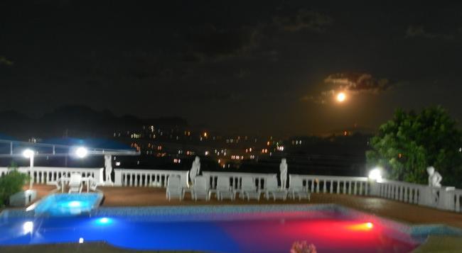 Hostellerie de France - Blantyre - Pool