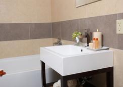 Pointe Plaza Hotel - Brooklyn - Bathroom