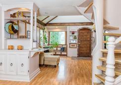 Tall Trees Bed & Breakfast - Prince Rupert - Living room