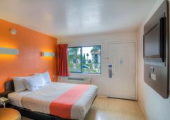 Motel 6 Santa Barbara Beach - Santa Barbara - Bedroom