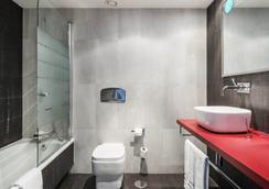 Hotel Ilunion Suites Madrid - Madrid - Bathroom