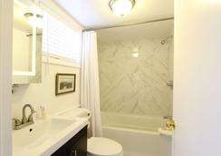 Charles and Charles MV - Vineyard Haven - Bathroom