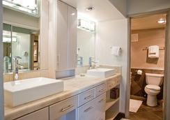 International Hotel and Suites - Palm Desert - Bathroom