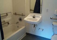 Budgetel Inn & Suites - Birmingham - Bathroom