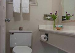 Surf Side Hotel - Nags Head - Bathroom