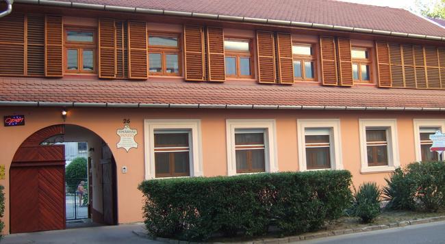 Tímárház Panzió - Szeged - Building