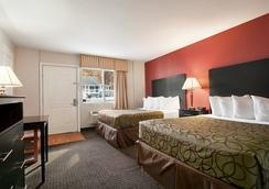 Traverse City MI Travelodge - Traverse City - Bedroom