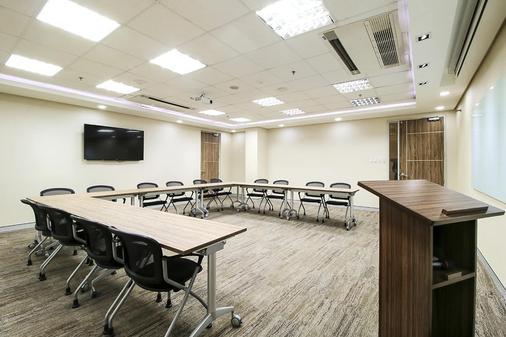 Red Planet Amorsolo - Manila - Meeting room
