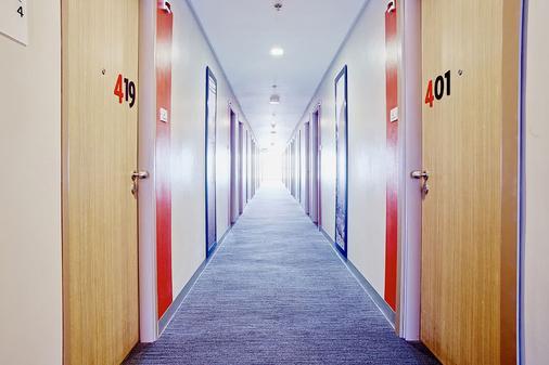 Red Planet Amorsolo - Manila - Hallway