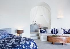 Honeymoon Petra Villas - Imerovigli - Bedroom