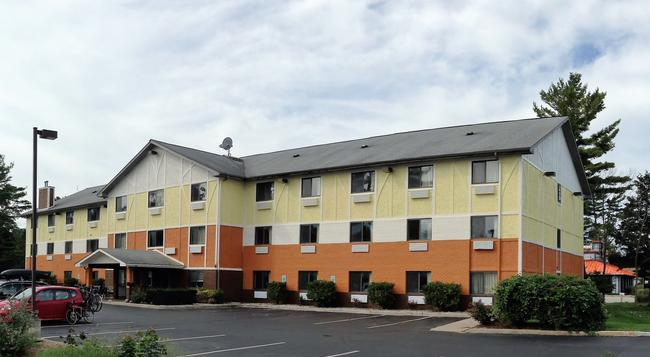 Days Inn & Suites - Traverse City - Building