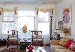 Pomegranate Inn - Portland - Living room