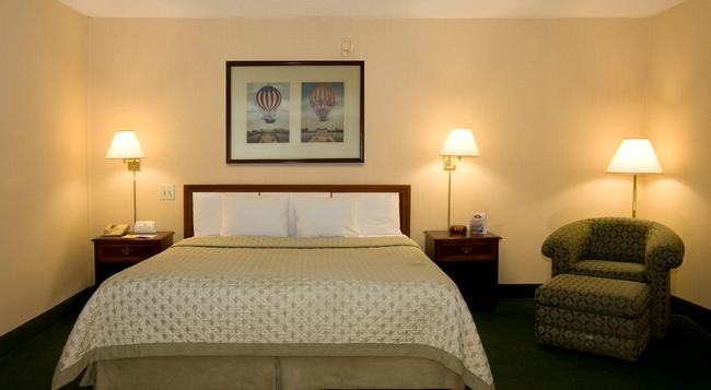 Meadowlands Plaza Hotel - Secaucus - Bedroom