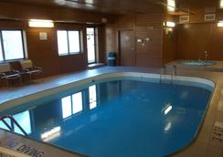 Baymont Inn & Suites Waterloo - Waterloo - Pool