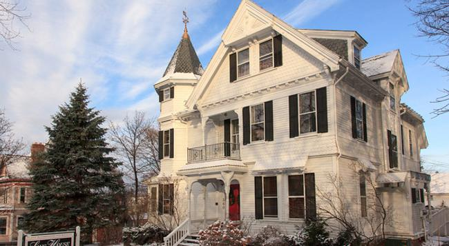 Lang House on Main Street Bed & Breakfast - Burlington - Building